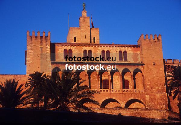 The royal palace Almudaina in Palma de Mallorca at warm sunset light<br /> <br /> El Palacio Real de Almudaina en Palma de Mallorca con luz de la puesta del sol<br /> <br /> Der Königspalast Almudaina in Palma de Mallorca im warmen Licht des Sonnenuntergangs<br /> <br /> 2616 x 1800 px<br /> Original: 35 mm slide transparency