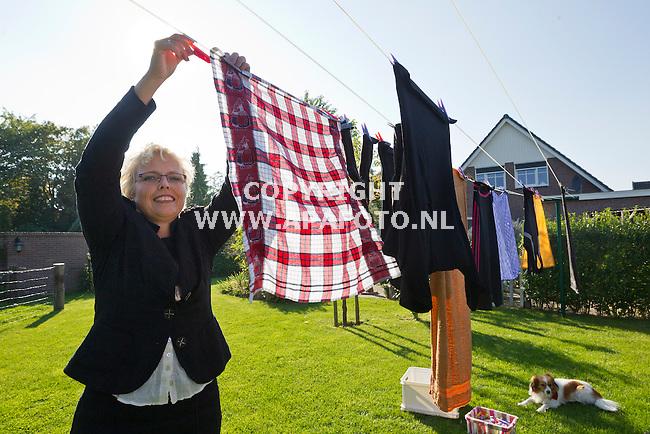 Zevenaar, 011013<br /> Gedeputeerde Anja van Norel hangt zoveel mogelijk haar was te drogen in de zon.<br /> Foto: Sjef Prins - APA Foto
