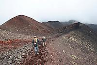 Ätna, Etna, mit Vulkankrater, Krater, Kind, Kinder, Familie wandert durch die karge Vulkanlandschaft, Wandern, Lavagestein, Lava, Vulkan, Italien, Sizilien, Mount Etna, birch, white birch, volcano