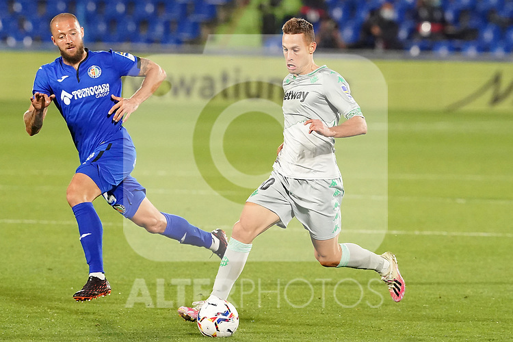 Getafe CF's David Timor (l) and Real Betis Balompie's Sergio Canales during La Liga match. September 29,2020. (ALTERPHOTOS/Acero)