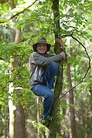 Mädchen, Kind klettert im Wald auf einen Baum, klettern