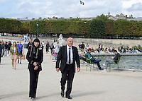 Chantal THOMASS et son mari Michel FABIAN traversent le jardin des Tuileries - Show Elie Saab - Paris Fashion Week Womenswear Spring/Summer 2017 - 1 octobre 2016 - FRANCE