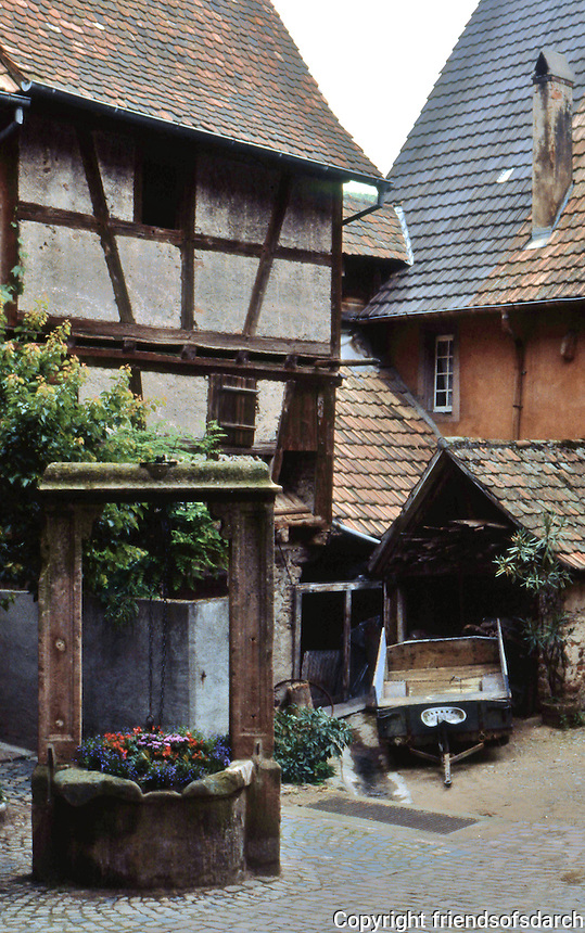 Riquewihr: Courtyard with flower-filled well (?).