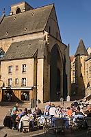 Europe/France/Aquitaine/24/Dordogne/Périgord Noir/Sarlat-la-Canéda: JTerrassede restaurant place de la Liberté et en fond l'église Sainte-Marie reconvertie en marché couvert et espace culturel par l'architecte Jean Nouvel