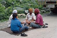 Indien, Sindh-Tal (Kashmir), Kartenspieler bei Stau