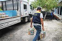 Recife - PE, 27/03/2021 - Comerciantes ambulantes afetados pela pandemia, recebendo cestas básicas, neste sábado (27), no bairro do Ipsep no Recife. Os comerciantes trabalham na orla da praia de Boa Viagem e, a iniciativa é da Prefeitura do Recife, visando amenizar a dificuldade que os trabalhadores estão enfrentando devido a pandemia do novo Coronavírus e a proibição do trabalho com as medidas restritivas que vão até o dia (31).