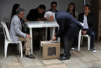 BOGOTÁ – COLOMBIA, 27-05-2018: Álvaro Uribe Vélez ex presidente de Colombia, ejerce su derecho al voto en La Plaza de Bolívar, durante la jornada de elecciones Presidenciales para el periodo 2018-2022. / Colombia's former president Alvaro Uribe Velez, exercises their right to vote in the Plaza de Bolívar, during the presidential election day for the period 2018-2022. Photo: VizzorImage/ Luis Ramirez / Staff.