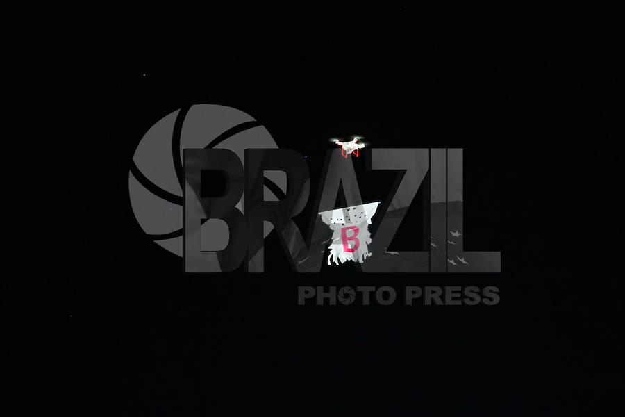 BELO HORIZONTE,MG, 24.02.2016 – ATLETICO-INDEPENDIENTE – Drone com faixa alusiva a Série B interrompe partida do Atlético contra o Independiente del Valle, em jogo válido pela segunda rodada, da fase de grupos, da Copa Libertadores da América, na Arena Independência, em Belo Horizonte, nesta quarta-feira, 24.  (Foto: Doug Patricio/Brazil Photo Press)