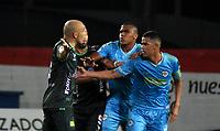 MONTERIA - COLOMBIA, 24-01-2021: Yulian Anchico de Jaguares de Cordoba F. C. y Andres Correa de Atletico Bucaramanga discuten durante partido entre Jaguares de Cordoba F.C., y Atletico Bucaramanga de la fecha 2 por la Liga BetPlay DIMAYOR I 2021, en el estadio Jaraguay de Monteria de la ciudad de Monteria. / Yulian Anchico of Jaguares de Cordoba F.C., and Andres Correa of Atletico Bucaramanga discuss during a match between Jaguares de Cordoba F.C., and Atletico Bucaramanga, of the 2nd date for the BetPlay DIMAYOR I 2021 League at Jaraguay de Monteria Stadium in Monteria city. Photo: VizzorImage / Andres Lopez / Cont.