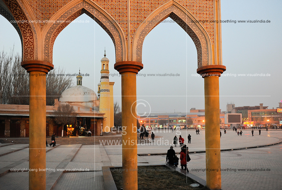 CHINA province Xinjiang, city Kashgar, where uyghur people are living , Heytgar or Idkah mosque / CHINA Provinz Xinjiang , Kashgar, Freitagsgebet in Heytgah-Moschee oder Idkah Moschee, Turkvolk der Uiguren