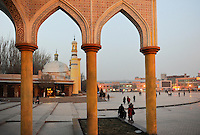CHINA province Xinjiang, city Kashgar, where uyghur people are living , Heytgar or Idkah mosque / CHINA Provinz Xinjiang , Kashgar, Freitagsgebet in Heytgah-Moschee oder Idkah Moschee, Turkvolk der Uiguren