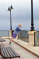 Gymnastik an der Promenade in Sliema, Malta, Europa