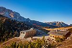 Italien, Suedtirol (Trentino - Alto Adige), Naturpark Fanes-Sennes-Prags: Hochplateau Plaetzwiesen, Duerrensteinhuette (Rifugio Vallandro) auf 2040 m und die oesterreichisch-ungarische Verteidigungsanlage Werk Plaetzwiese, im Hintergrund links die Hohe Gaisl   Italy, South Tyrol (Trentino - Alto Adige), Fanes-Sennes-Prags Nature Park: High Plateau Plaetzwiesen, Duerrenstein mountain hut (Rifugio Vallandro) and Austrian-Hungarian fortress 'Werk Plaetzwiese', at background left Hohe Gaisl mountain