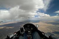 Cumulus Virga: AMERIKA, VEREINIGTE STAATEN VON AMERIKA, NEW MEXICO,  (AMERICA, UNITED STATES OF AMERICA), 30.04.2011 Virga  ist Niederschlag in Form von Regen, Spruehregen, Schnee, Eiskoernern, Frostgraupeln, Hagel der sich in Form vertikal oder schraeg herabhaengender Schleppen an der Unterseite einer Wolke zeigt, den Erdboden jedoch nicht erreicht.  Wolke, Virga, Cumulus,  art, Abstract, Abstraction, Abstracts, Abstrakt, Abstrakte, Abstraktion, Aerial, Aerial image, Aerial photo, Aerial Photograph, Aerial Photography, Aerial picture, Aerial View, Aerial Views,  America, Amerika, Art, Auf dem Land,  Aussen, Aussenansicht,  Bird eye, Blick von oben,  Country, Country-side, Countryside, Culture, Cultures, Draussen, Fine Art,  Form, From above, Kein mensch, Keine Menschen, Keine Person, Keine Personen, Kultur, Kulturell, Kulturen, Kunst, Laendlich, Laendliche, Laendliche Gegend, Laendliche Szene,  Landscape, Landscapes, Landschaft, Landschaften,  Luftansicht, Luftaufnahme, Luftaufnahmen, Luftbild, Luftbilder, Luftbildfotografie, Luftbildfotografien, Luftbildphotografie, Luftbildphotografien, Luftfoto, Luftfotos, Luftphoto, Luftphotos, Neu, Neue, Neuer, Neues, New, new Mexico, new mexiko, Niemand,  Outdoor, Outdoor, Life Outdoor, view Outdoors, Outside, Outsides, Outward, Perspective, United States United States of America, USA, Vereinigte Staaten Vereinigte Staaten von Amerika, Vogelperspektive, Vogelperspektiven,  Wueste, Sand, sandig, Landleben, Huegel und Berge oestlich des Rio Grande, Wueste,  USA, Vereinigte, Staaten, von Amerika, US, New Mexico, Mexiko, Wueste, trocken, vertrocknet, ausgetrocknet, Duerre, Landschaft, Landschaften, natur, Weite, endlos, Horizont, Wolke, Wolken, Berge, Bergland, Huegelland, Rio, Grand, Cumulus, Wolken, Aufwind, Cockpit eines Segelflugzeugs,