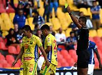 BOGOTÁ - COLOMBIA, 16–02-2019: Leonard Mosquera, árbitro muestra tarjeta amarilla a Michael Ordóñez de Atlético Huila, durante partido de la fecha 5 entre Millonarios y Atlético Huila, por la Liga Águila I 2019, jugado en el estadio Nemesio Camacho El Campín de la ciudad de Bogotá. / Leonard Mosquera, referee shows yellow card to Michael Ordoñez of Atletico Huila, during a match of the 5th date between Millonarios and Atletico Huila, for the Aguila Leguaje I 2019 played at the Nemesio Camacho El Campin Stadium in Bogota city, Photo: VizzorImage / Luis Ramírez / Staff.