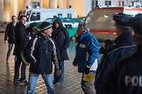 """Etwa 200 Anhaenger des Berliner Ablegers rechten Pegida-Bewegung, Baergida, versammelten sich am Montag den 12. Januar 2015 in Berlin vor dem Brandenburger Tor zu einer Demonstration gegen eine angebliche Islamisierung Deutschlands.<br /> Unter den Anhaengern von Baergida waren viele bekannte militante Neonazis, der NPD und Hooligans sowie Mitglieder der Rechtsparteien AfD und Pro Deutschland und der rechtsradikalen German Defense League. Teilnehmer der Veranstaltung bruellten wiederholt """"Wir sind das Volk"""" und """"Luegenpresse, auf die Fresse"""" und hielten Schilder mit der Aufschrift """"Je suis Charlie"""".<br /> Im Bild: Ein Baergida-Anhaenger (links) poebelt einen Mitarbeiter der ARD als Luegenpresse an. Die Polizei schritt nicht ein.<br /> 12.1.2015, Berlin<br /> Copyright: Christian-Ditsch.de<br /> [Inhaltsveraendernde Manipulation des Fotos nur nach ausdruecklicher Genehmigung des Fotografen. Vereinbarungen ueber Abtretung von Persoenlichkeitsrechten/Model Release der abgebildeten Person/Personen liegen nicht vor. NO MODEL RELEASE! Nur fuer Redaktionelle Zwecke. Don't publish without copyright Christian-Ditsch.de, Veroeffentlichung nur mit Fotografennennung, sowie gegen Honorar, MwSt. und Beleg. Konto: I N G - D i B a, IBAN DE58500105175400192269, BIC INGDDEFFXXX, Kontakt: post@christian-ditsch.de<br /> Bei der Bearbeitung der Dateiinformationen darf die Urheberkennzeichnung in den EXIF- und  IPTC-Daten nicht entfernt werden, diese sind in digitalen Medien nach §95c UrhG rechtlich geschuetzt. Der Urhebervermerk wird gemaess §13 UrhG verlangt.]"""