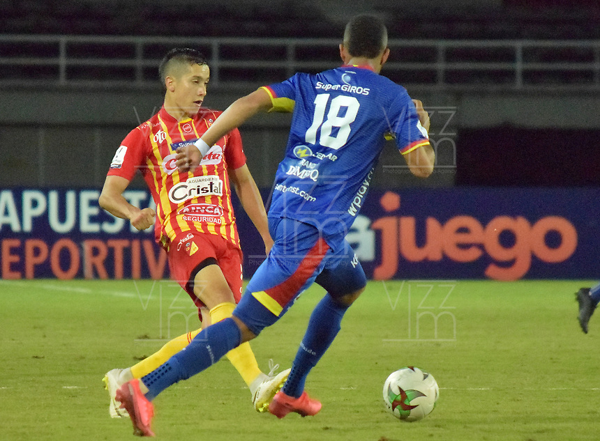 PEREIRA - COLOMBIA, 15-11-2020: Alejandro Piedrahita del Pereira disputa el balón con Edis Ibarguen del Pasto durante partido por la fecha 20 de la Liga BetPlay DIMAYOR 2020 entre Deportivo Pereira y Deportivo Pasto jugado en el estadio Hernan Ramirez Villegas en Pereira. / Alejandro Piedrahita of Pereira struggles the ball with Edis Ibarguen of Pasto during match for the for the date 20 as part of BetPlay DIMAYOR League 2020 between Deportivo Pereira and Deportivo Pasto played at Hernan Ramirez Villegas stadium in Pereira city.  Photo: VizzorImage / Pablo Bohorquez / Cont