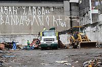 ATENCAO EDITOR: FOTO EMBARGADA PARA VEICULOS INTERNACIONAIS. SAO PAULO, SP, 14 DE NOVEMBRO DE 2012 - Terreno localizado na rua Bernardino de Campos, no bairro do Paraíso, próximo ao Metrô foi desocupado nesta segunda-feira (12) e na manha desta quarta-feira (14) caminhões retiram o entulho dos 40 barracos que formavam uma favela no local. FOTO: ALEXANDRE MOREIRA - BRAZIL PHOTO PRESS.
