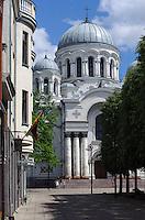 Blick von Laisves Aleja auf Orthodoxe Erzengel-Michael-Kathedrale in Kaunas, Litauen, Europa