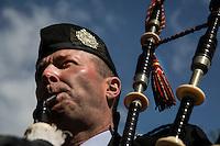 Glasgow. Il suonatore di cornamusa Keith Marshall<br /> The professional piper Keith Marshall from Glasgow (Scotland) All'aperto nel parco