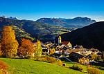 Italien, Suedtirol (Trentino - Alto Adige), Dolomiten, Klausen (Suedtirol) Ortsteil Latzfons oberhalb vom Tinnetal, einem rechten Seitental des Eisacktals vor der Langkofelgruppe (links) und dem Schlern (rechts) | Italy, South Tyrol (Trentino - Alto Adige), Dolomites, Klausen (Italian Chiusa ) district Latzfons, at background Sasso Lungo mountains (left) and mountain Schlern (Italian Sciliar) (right)