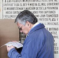 BOGOTA – COLOMBIA - 09-03-2014: Los colombianos elegirán por voto directo en las urnas 102 nuevos miembros del Senado de la República, 166 representantes a la Cámara de Representantes y 5 representantes al Parlamento Andino. / Colombians will elect by direct vote at the polls 102 new members of the Senate, 166 representatives to the House of Representatives and five representatives to the Andean Parliament. Photo: VizzorImage / Luis Ramirez / Staff.