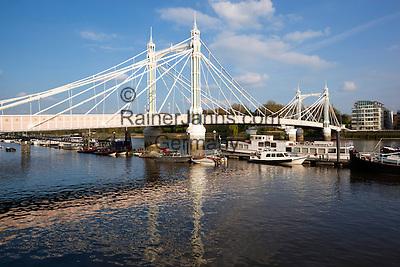 United Kingdom, England, London: Albert Bridge on the River Thames   Grossbritannien, England, London: die Albert Bridge ueber die Themse