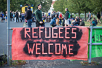 """Ca. 500 Menschen demonstrierten am Freitag den 31. Juli 2015 im Saechsischen Feital gegen Rassismus und fuer die Aufnahme von Fluechtlingen.<br /> Nach mehreren Wochen rassistischer Uebergriffe und Bedrohungen durch einen Teil der Freitaler Bevoelkerung war dies ein Zeichen der Solidaritaet mit den gefleuchteten Menschen.<br /> Am Rande der Demonstration kam es immer wieder zu rassistischen Poebeleien, Flaschenwuerfen und versuchten Angriffen auf die Demonstranten durch Neonazis und Hooligans die sich vor ihrer Stammkneipe """"Timba"""" versammelt hatten. Vereinzelt ging die Polizei gegen die Rechten vor und nahm mindestens eine Person wegen zeigen eines Hitlergrusses fest. Die Flaschenwuerfe blieben fuer die Rechten folgenlos.<br /> 31.7.2015, Freital/Sachsen<br /> Copyright: Christian-Ditsch.de<br /> [Inhaltsveraendernde Manipulation des Fotos nur nach ausdruecklicher Genehmigung des Fotografen. Vereinbarungen ueber Abtretung von Persoenlichkeitsrechten/Model Release der abgebildeten Person/Personen liegen nicht vor. NO MODEL RELEASE! Nur fuer Redaktionelle Zwecke. Don't publish without copyright Christian-Ditsch.de, Veroeffentlichung nur mit Fotografennennung, sowie gegen Honorar, MwSt. und Beleg. Konto: I N G - D i B a, IBAN DE58500105175400192269, BIC INGDDEFFXXX, Kontakt: post@christian-ditsch.de<br /> Bei der Bearbeitung der Dateiinformationen darf die Urheberkennzeichnung in den EXIF- und  IPTC-Daten nicht entfernt werden, diese sind in digitalen Medien nach §95c UrhG rechtlich geschuetzt. Der Urhebervermerk wird gemaess §13 UrhG verlangt.]"""