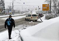 Wintereinbruch in Leipzig - erste geschlossene Schneedecke des Winters 2010 - Neuschnee - im Bild: Fahrbahn Mockauer Straße Impression Verkehr .Foto: Norman Rembarz .