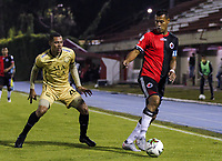 RIONEGRO - COLOMBIA, 06-11-2020: Oscar Hernandez del Rionegro disputa el balón con Diego Peralta del Cúcuta durante partido por la fecha 18 entre Rionegro Águilas y Cúcuta Deportivo como parte de la Liga BetPlay DIMAYOR I 2020 jugado en el estadio Alberto Grisales de la ciudad del Rionegro. / Oscar Hernandez of Rionegro vies for the ball with Diego Peralta of Cucuta during atch for the date 18 between Rionegro Aguilas and Cucuta Deportivo as part BetPlay DIMAYOR League I 2020 played at Alberto Grisales stadium in Rionegro city. Photo: VizzorImage / Juan Augusto Cardona / Cont