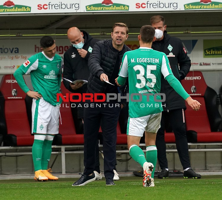 17.10.2020, Schwarzwald Stadion, Freiburg, GER, 1.FBL, SC Freiburg vs SV Werder Bremen<br /> <br /> im Bild / picture shows<br /> Trainer Florian Kohfeldt (Bremen) gibt Maximilian Eggestein (Bremen) einen Zettel<br /> <br /> Foto © nordphoto / Bratic<br /> <br /> DFL REGULATIONS PROHIBIT ANY USE OF PHOTOGRAPHS AS IMAGE SEQUENCES AND/OR QUASI-VIDEO.