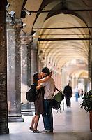 Europe/Italie/Emilie-Romagne/Bologne : Arcades et couple enlacé via San Stefano