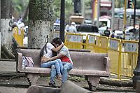 CALI - COLOMBIA, 01-06-2020: Una pareja con máscaras se besan hoy durante la reactivación del comercio con protocolos de bioseguridad en Cali en el día 69 de la cuarentena total obligatoria en el territorio colombiano causada por la pandemia  del Coronavirus, COVID-19. / A couple in masks kiss during ther revival of trade with biosafety protocols in the center of the city of Cali in the day 69 of mandatory total quarantine in Colombian territory caused by the Coronavirus pandemic, COVID-19. Photo: VizzorImage / Gabriel Aponte / Staff