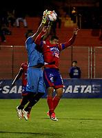 PASTO - COLOMBIA -22-10-2016: Robin Ramirez (Der.) jugador de Deportivo Pasto disputa el balon con Jefferson Martinez (Izq.) portero de Envigado F.C., durante partido Deportivo Pasto y Envigado F.C., por la fecha 15 de la Liga Aguila II 2017, jugado en el estadio Departamental Libertad de la ciudad de Pasto.  / Robin Ramirez (R) player of Deportivo Pasto fights for the ball with Jefferson Martinez (L) goalkeeper of Envigado F.C., during a match Deportivo Pasto and Envigado F.C., for the date 15th of the Liga Aguila II 2017 at the Departamental Libertad stadium in Pasto city. Photo: VizzorImage. / Leonardo Castro / Cont.