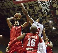 BOGOTÁ -COLOMBIA. 16-08-2013. Jhon Hernandez (D) de  Guerreros de Bogotá trata de bloquear el tiro de José Baquero (I) de Halcones de Cúcuta durante partido válido por la fecha 1 de la  Liga DirecTV de Baloncesto 2013-II de Colombia realizado en el coliseo El Salitre de Bogotá./ Jhon Hernandez (R) of Guerreros de Bogota tries to block the shoot of Halcones de Cucuta player Jose Baquero during match valid for the 1th date of DirecTV Basketball League 2013-II in Colombia at El Salitre coliseum in Bogota. Photo: VizzorImage / Gabriel Aponte/ Str