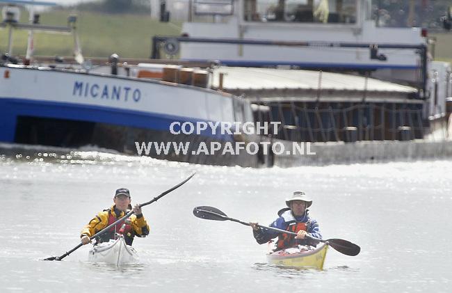 Huissen, 250803<br />Nico en Axel varen met de zeekajak een rondje Nederland in twee weken. Hier verlaten ze de Rijn om hun tocht verder te zetten via de IJssel.<br />www.zeekajak.nl<br />Foto: Sjef Prins - APA Foto
