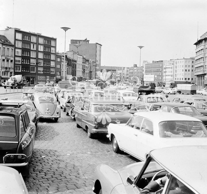Juli 1969. File aan de ingang van de Waaslandtunnel aan de Tunnelplaats in Antwerpen.