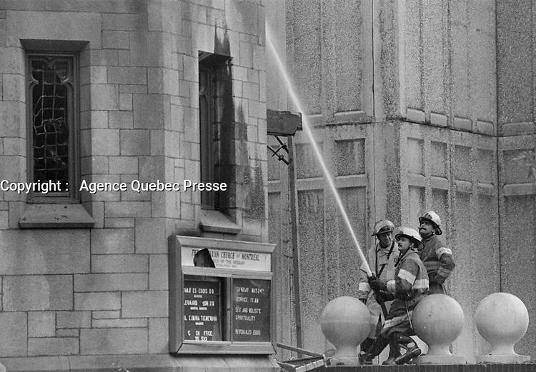Un incendie criminel a l' eglise unitarienne coute la vie ˆ deux pompiers, le 25 mai 1987<br /> <br /> <br /> PHOTO :  Pierre Roussel - <br />  - Agence Quebec Presse