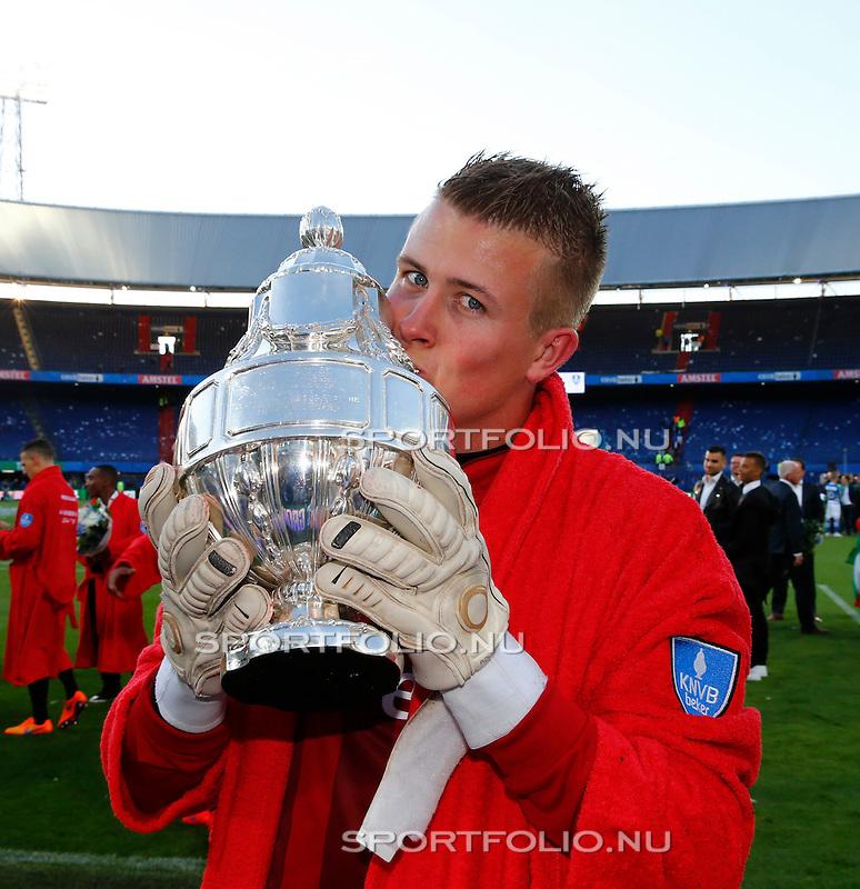 Nederland, Rotterdam, 3 mei 2015<br /> KNVB Bekerfinale<br /> Seizoen 2014-2015<br /> PEC Zwolle-FC Groningen<br /> Sergio Padt, doelman (keeper) van FC Groningen, kust de KNVB beker