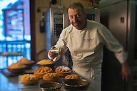 Europe/France/73/Savoie/Val d'Isère:  Patrick Chevallot, MOF pâtissier prépare son Biscuit  de Savoie _ démoulage