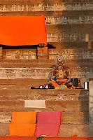 25.10.2006 Varanasi(Uttar Pradesh)<br /> <br /> Sadhu drying his simple clothes and performing ritual.<br /> <br /> Sadhu faisant sécher ses simples vêtements et réalisant un rituel.