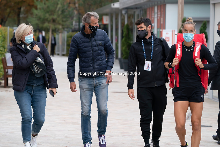 Paris, France, 03 ,10,  2020, Tennis, French Open, Roland Garros, Arantxa Rus (NED) with her parents and coach<br />