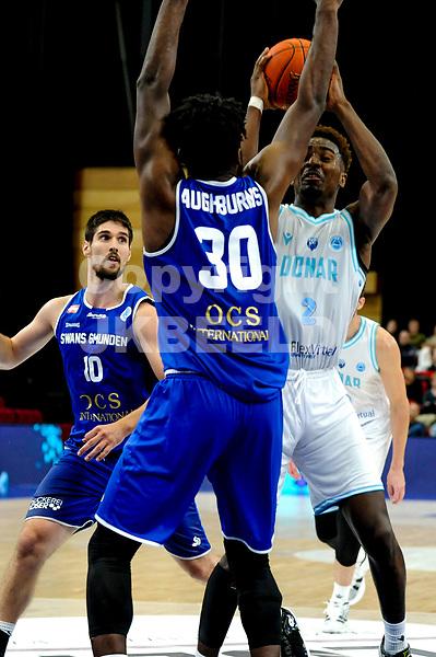 GRONINGEN - FIBA Basketbal-bubbel. Donar - Allianz Swans Gmunden seizoen 2021-2022, 29-09-2021,  /Donar speler Donte Ingram met Gmunden speler Branden Aughbruns