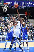 Mike Morrison (Fraport Skyliners) setzt sich gegen Thomas Klepeisz (Basketball Löwen Braunschweig) durch - 12.03.2017: Fraport Skyliners vs. Basketball Löwen Braunschweig, Fraport Arena Frankfurt