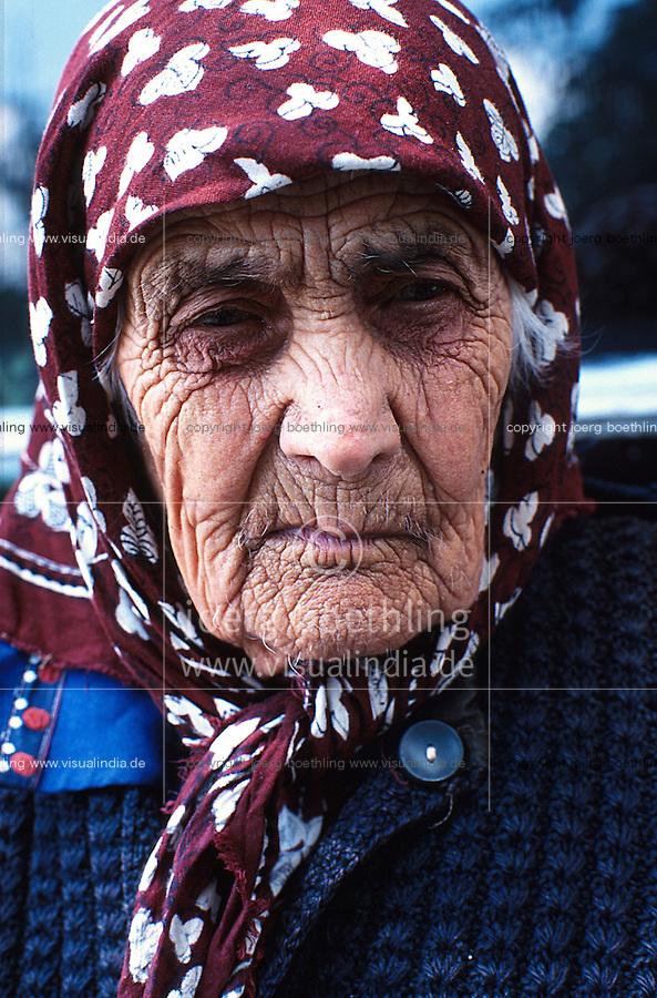 BULGARIEN Kazanlak, alte Frau mit Kopftuch im Altenheim / BULGARIA Kazanlak, old woman with head scarf