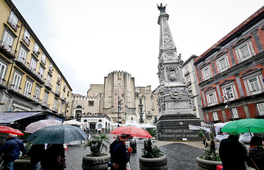 - NAPOLI 19 APR  2014 -  Pasqua, turisi piazza San Domenico
