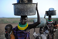KENYA Turkana Region, Kakuma , Turkana a nilotic tribe , hunger catastrophy are permanent due to drought and bad harvest, Don Bosco distributes food / KENIA Turkana Region , Kakuma, hier leben die Turkana ein nilotisches Volk, durch Duerre und Missernten kommt es hier regelmaessig zu Hungersnoeten, Verteilung von Nahrungsmittel durch Don Bosco