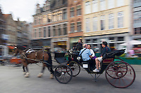Europe/Belgique/Flandre/Flandre Occidentale/Bruges: Centre historique classé Patrimoine Mondial de l'UNESCO, Fiacre sur la Grand Place  //  Belgium, Western Flanders, Bruges, historical centre listed as World Heritage by UNESCO, carriage on the Grand Place i