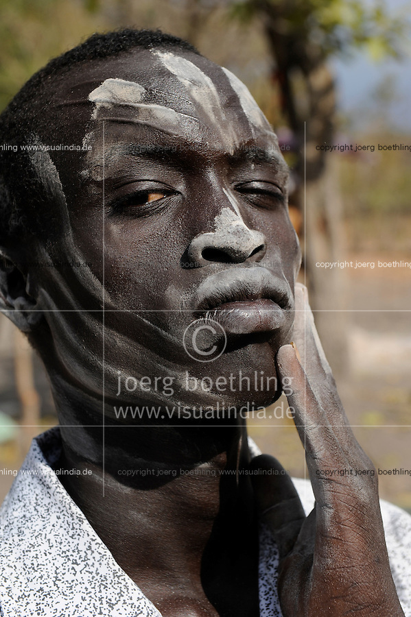 "Afrika Sued-Sudan Rumbek , mit Asche beschmierter Dinka Hirte im cattle camp   -  Afrikaner afrikanisch xagndaz | .Africa South Sudan Rumbek , Dinka shephard with ash painting in face at cattle camp .| [ copyright (c) Joerg Boethling / agenda , Veroeffentlichung nur gegen Honorar und Belegexemplar an / publication only with royalties and copy to:  agenda PG   Rothestr. 66   Germany D-22765 Hamburg   ph. ++49 40 391 907 14   e-mail: boethling@agenda-fototext.de   www.agenda-fototext.de   Bank: Hamburger Sparkasse  BLZ 200 505 50  Kto. 1281 120 178   IBAN: DE96 2005 0550 1281 1201 78   BIC: ""HASPDEHH"" ,  WEITERE MOTIVE ZU DIESEM THEMA SIND VORHANDEN!! MORE PICTURES ON THIS SUBJECT AVAILABLE!! ] [#0,26,121#]"