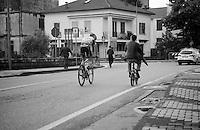 2013 Giro d'Italia.stage 13: Busseto - Cherasco..Iljo Keisse (BEL) checking out the competition